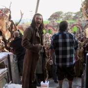 Luke Evans y Peter Jackson en el decorado de Valle