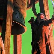 Luke Evans rueda en un campanario