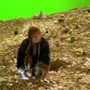 Bilbo, rebuscando en el tesoro de Smaug