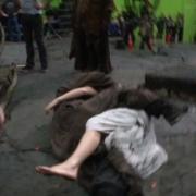 Gandalf y Galadriel se abrazan en el suelo