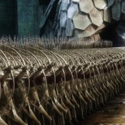 Los Elfos apuntan hacia los Enanos
