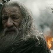 Gandalf mira a Bilbo en plena batalla