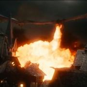 Smaug escupe fuego sobre Esgaroth