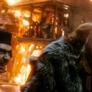Alfrid y el Gobernador de Esgaroth aterrorizados
