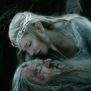 Galadriel se inclina sobre Gandalf