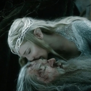 Saruman aparece tras Galadriel y Gandalf