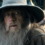 Algo llama la atención de Gandalf en Valle