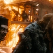 Alfrid y el Gobernador aterrorizados por el ataque de Smaug