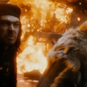 Alfrid y el Gobernador aterrorizados por la furia de Smaug