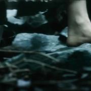 Galadriel camina descalza