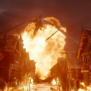 Smaug convierte Esgaroth en un infierno de fuego