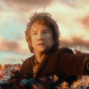 Bilbo subido a lo alto de un árbol