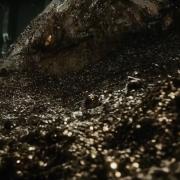 Smaug emerge del tesoro de Erebor