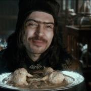 Alfrid le sirve la comida al Gobernador