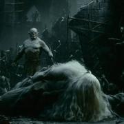 Azog derriba a Gandalf