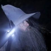 Gandalf investiga el interior de las Tumbas de los Nazgul