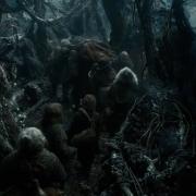 Los Enanos cargan con Bombur a través del Bosque Negro