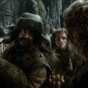 Los Enanos miran a Bilbo