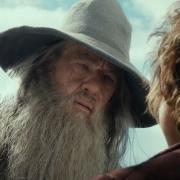 Gandalf escudriña a Bilbo