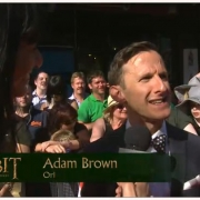Adam Brown en la alfombra roja
