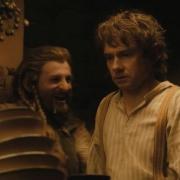 Bilbo, desolado por una pila de platos sucios