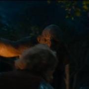 Uno de los Trolls avanza hacia Bilbo