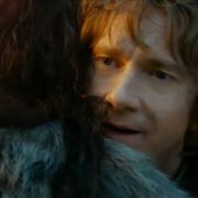 Thorin abraza a Bilbo