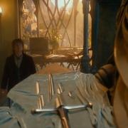 Bilbo contempla los fragmentos de Narsil