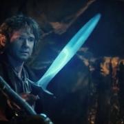 Bilbo empuñando a Dardo